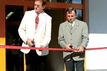 Starosta Plané Karel Vrzala (vpravo) přestřihává spolu s Eckhardem Ulbrichem v pátek slavnostně pásku od nové prodejny Plus.