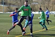 Ze zápasu FK Tachov (v modrém) vs. FC Rokycany (v zeleném) 3:2.