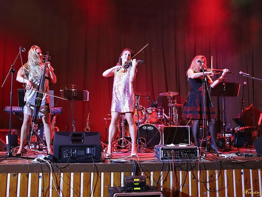 Na městském plese ve Stříbře vystoupilo loni v únoru dívčí smyčcové trio Inflagranti.