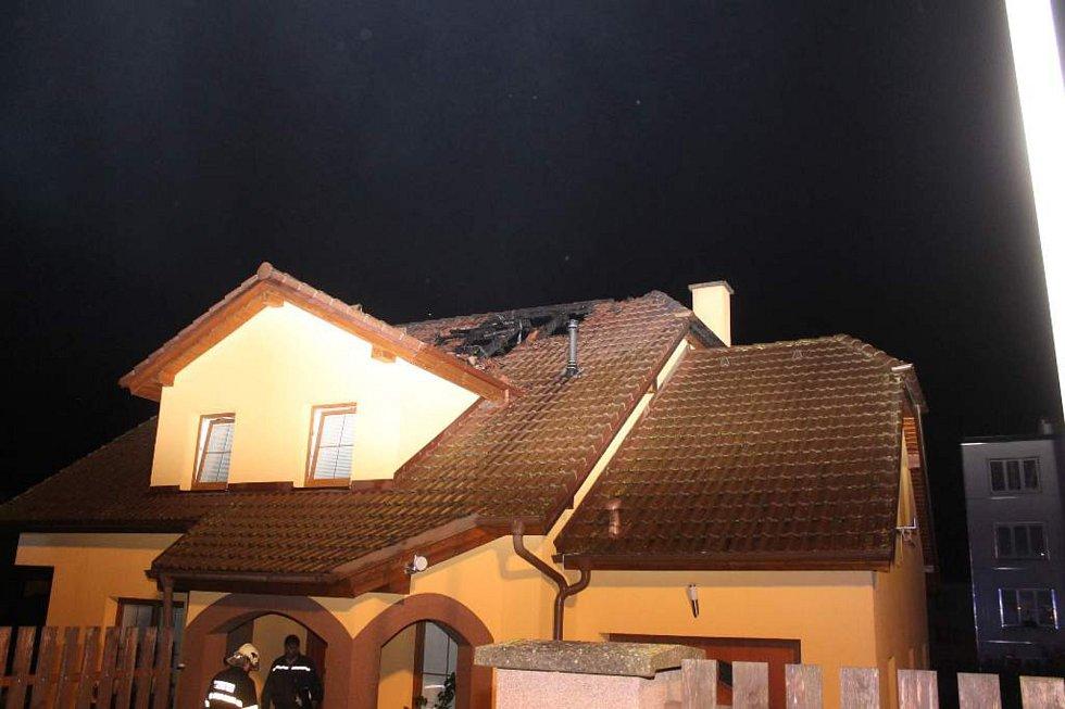 Rodinný dům v Bezdružicích byl zřejmě zasažený bleskem.