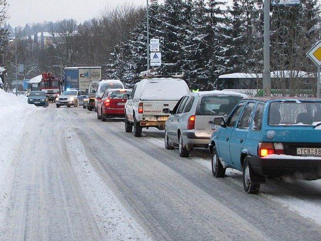 Uvízlý kamion na tachovském železničním přejezdu zbrzdil dopravu.
