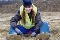 TOTO JE NEJPOHODLNĚJŠÍ pracovní pozice archeologa. Když se pokusíte k práci v zemi zaujmout jinou pozici, všechno vás za chvíli začne bolet. Autorka článku (na snímku) to může potvrdit.