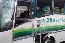 NÁKLADNÍ automobil narazil do autobusu bočně. Poškozena, jak vyplývá ze snímku, byla především levá přední část. Kromě řidiče bylo lehce zraněno ještě několik cestujících.