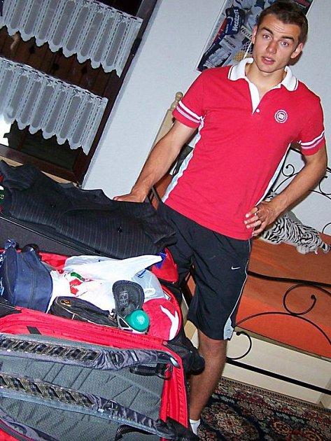 Marek Benda balil zavazadla společně s maminkou. Na snímku je několik hodin před odjezdem na letiště.
