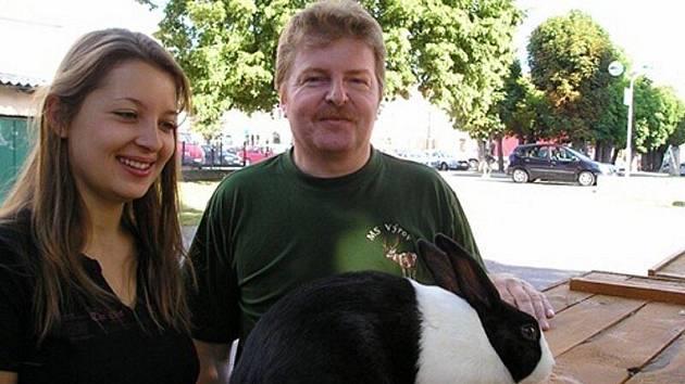 JANA KANTOVÁ S FRANTIŠKEM JANOUŠKEM u kralika holandského. Oba chovatelé úspěšně reprezentovali Tachovsko na mezinárodní výstavě v Nitře.