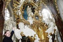 Restaurátor Martin Zmeškal ukazuje do míst, kde na oltáři byla mariánská koruna.