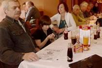 ÚČASTNÍCI výroční schůze stříbrské chovatelské organizace při jednání.
