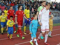 Petr Šácha (uprostřed s číslem 5, snímek ze zahájení pohárového utkání se Zlínem) v Tachově končí, odchází za prací do Španělska.
