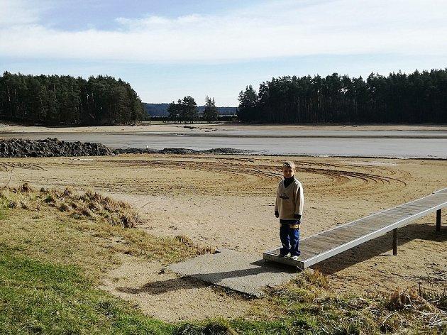 Rybník Sycherák je momentálně bez vody. Krom klasického vypouštění za to můžou také opravy výpustního zařízení.