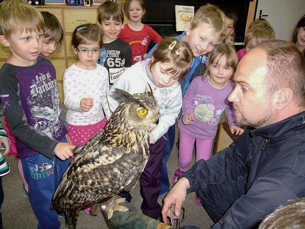 Zvířecí ochranář Karel Makoň umí děti zaujmout. Do školky s sebou přivezl i živá zvířata