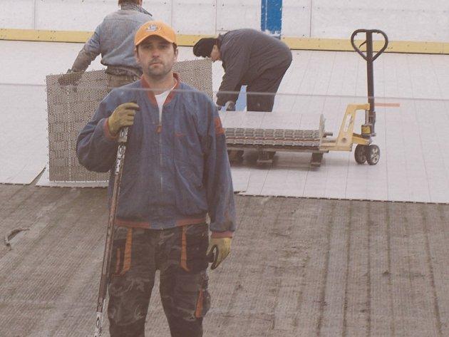 JAN ŠUCHA je jedním z hokejistů, kteří musí domácí zápasy odehrávat v Plzni. Nyní se svými spolupracovníky sundavá letní pokládku a připravuje stadion na zimní sezonu.