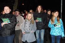 I přes nepřízeň počasí si ve Stříbře přišli lidé zazpívat koledy s regionálním Deníkem a rádiem Impuls.