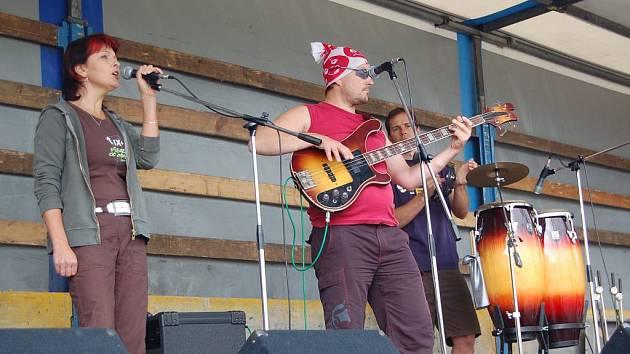 Patnáctý ročník festivalu Setkání pod Volfštejnem zahájila v infoparku stříbrská kapela Bída Band (na snímku).