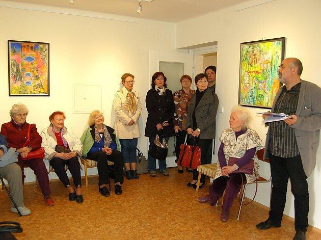 Uznávaná malířka Dana Hlobilová zavítala se svým synovcem na tachovský zámek, aby zde zahájila výstavu svých obrazů.