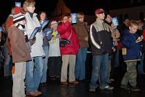 Ve středu 12. prosince  se na náměstí ve Stříbře sešlo 223 lidí, aby si zazpívali vánoční koledy společně s obyvateli devíti měst Plzeňského kraje.