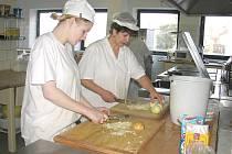 Kuchyně plánského odborného učiliště chce získat firma Stravbyt. To se ale nelíbí vedení školy