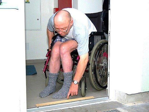 Vozíčkář denně překonává bariéry u bezbariérového bytu.