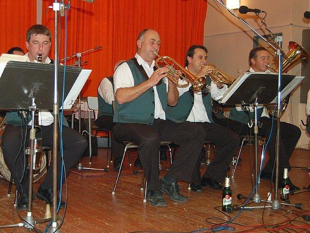 Babouci v pátek večer zahráli na posvícenské zábavě v Maršových Chodech.