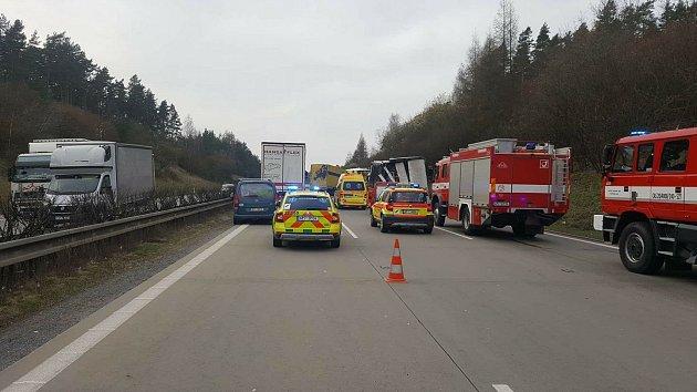 Na dálnici D5 u Kladrub se střetly dva kamiony.