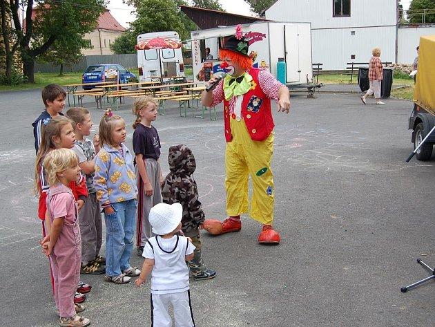 Při částkovských oslavách tamní drobotinu nejvíce pobavil populární a dětmi i dospělými oblíbený klaun Hugo