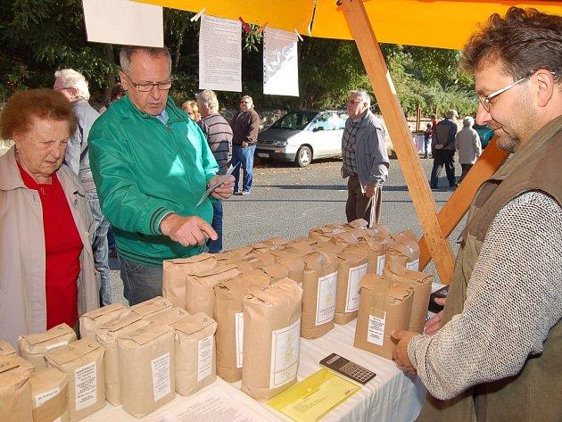 Mezi nabízeným zbožím při sobotních farmářských trzích v Plané se poprvé objevila mouka přímo od mlynáře.
