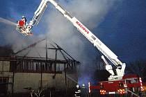 Stodolu v Třískolupech zachvátil požár.