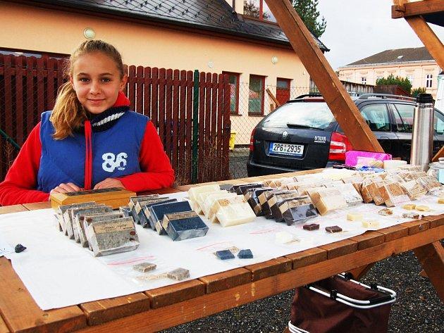 Nejmladší trhovkyně u voňavého stánku