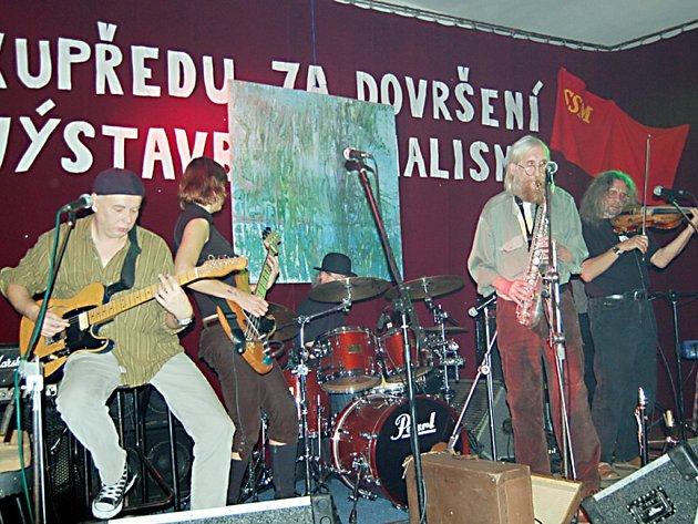 Legendární pražská undergroundová kapela The Plastic People of the Universe (na snímku) byla hlavním tahákem pátého ročníku Antikomunist festu, který se v sobotu  konal v Lestkově.