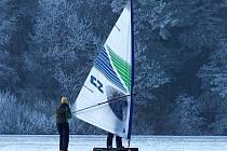 """Zamrzlé ledové plochy na Regentu využívá k jízdám na """"ledním surfu"""" Ivan Hahn. (Na snímku za plachtou)"""