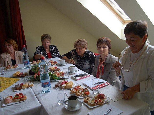 Věra Veselá (vpravo) zahajuje schůzi svazu žen a vítá zastupitelky (zleva) Annu Štelmákovou, Marii Podzimkovou, Věru Rubákovou a Janu Hrčkovou.