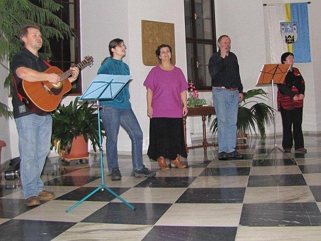 Členové kapely Wyjou zazpívali na radnici koledy.