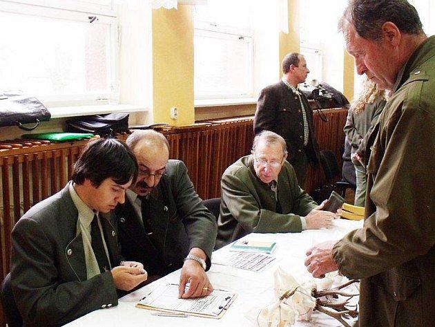 Členové odborné komise posuzovali lovecké trofeje z několika desítek honiteb na Tachovsku.