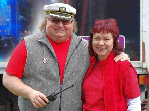 NÁMOŘNICKÁ KAPITÁNSKÁ ČAPKA a červené triko, to jsou při festivalu neodmyslitelné charakteristické znaky hlavního organizátora Plánského Koupáku Jiřího Fejta. Na snímku s manželkou Jaroslavou.