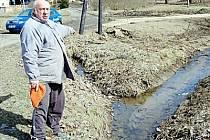"""PETR JANATA (na snímku) si za příklad borského nezopovědného přístupu k Bezděkovu bere místní potok. """"Už jednou nám způsobil povodeň, Bor to ale vůbec nezajímá,""""  říká."""