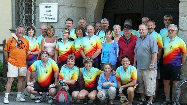 CYKLOKLUB NEŽEŇME SE V OSELCÍCH. Účastníci cyklovýletu najeli za několik dní zhruba 230 kilometrů. Na společném fotu jsou těsně před odjezdem domů.