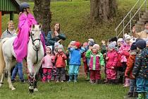 Děti vítaly Martina na bílém koni