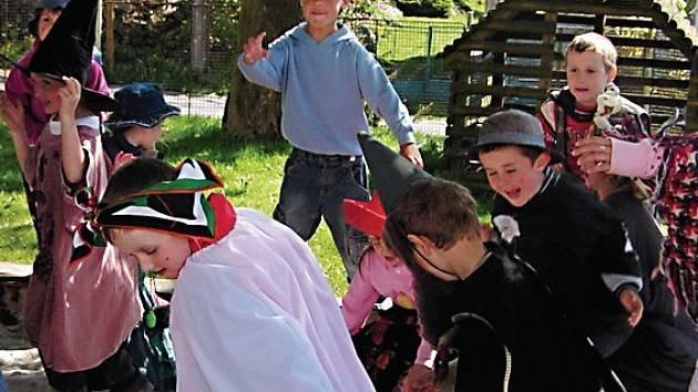 Děti z přimdské mateřinky se při sletu čarodějnic pobavily různými hrami a disciplínami.