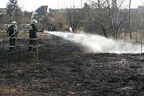 Požár suché trávy v Plané, nedaleko sportoviště. Zde byly příčinou dětské hrátky.