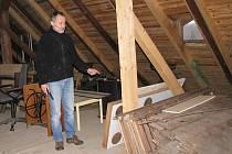 PAVEL PLÁNKA, ředitel Muzea města Stříbra, ukazujhe na podkrovní sklad exemplářů muzea, které je třeba před rekonstrukcí budovy ještě přemístit jinam.