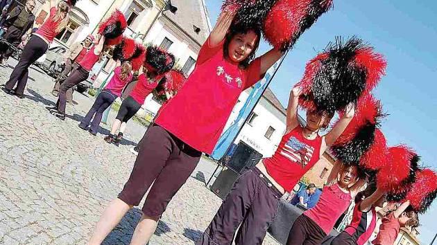 Kulturní program obstaraly při akci Den s Deníkem roztleskávačky z borského klubu Dominik. Vystoupení sledovala na náměstí zhruba stovka diváků. Návštěvníky dokázala děvčata patřičně pobavit.