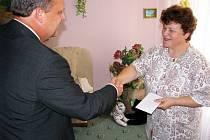 Dojetí i radost neskrývala Miloslava Salyaová, maminka nemocného Petra, když  od poslance Václava Votavy (oba na snímku) přebírala finanční dar. Za něj rodina Petrovi pořídí novou biolampu.