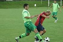 Stříbrská posila Vachtl (v červeném dresu) v souboji s hráčem Zbůchu. F