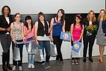 FILMOVÝ ŠTÁB stříbrského gymnázia při vyhlašování výsledků soutěže s porotkyní Lejlou Abbasovou (vlevo).