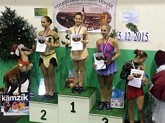 ÚSPĚCH. Aneta Jirsová (uprostřed) z Krasobruslařského klubu Kraso Tachov si v kategorii žaček A vybojovala v silné konkurenci první místo.