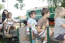 K NEJVĚTŠÍM atrakcím letošního Bezdružického parního léta patřila Zahradní železnice Zásmucka, kterou si děti mohly zkusit i řídit.