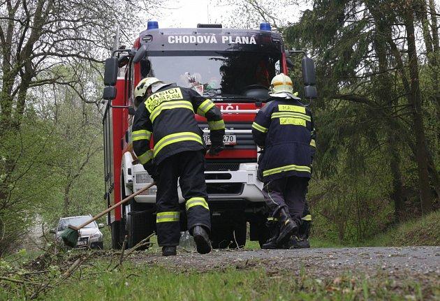 Chodovoplánští dobrovolní hasiči v pondělí odstraňovali spadlý strom ze silnice.