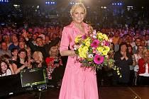 Helena Vondráčková při vystoupení na jednom ze svých koncertů, kdy ještě nebyla povinnost nosit ve vnitřních prostorách roušky.
