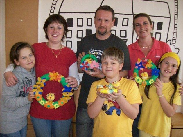 Děti ze školní družiny Hornická se sešly společně se svými rodiči, aby vyrobily velikonoční ozdoby.