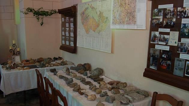 Návštěvníci kaple Panny Marie Sněžné v Dolech mohou vidět soukromou sbírku nerostů a hornin.