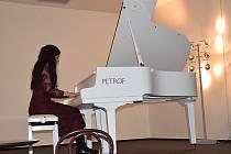 Mladá klavírní virtuoska Linda Cohanová